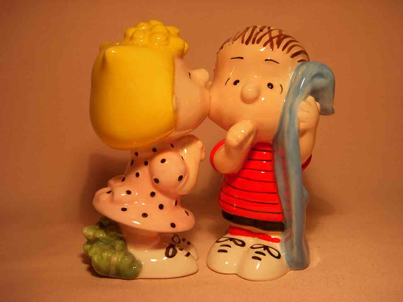 Kissers Peanuts characters Lucy kissing Linus salt and pepper shaker