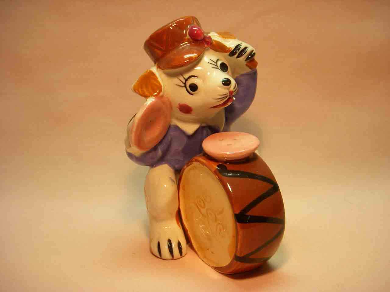 Animal musician playing drum salt and pepper shakers