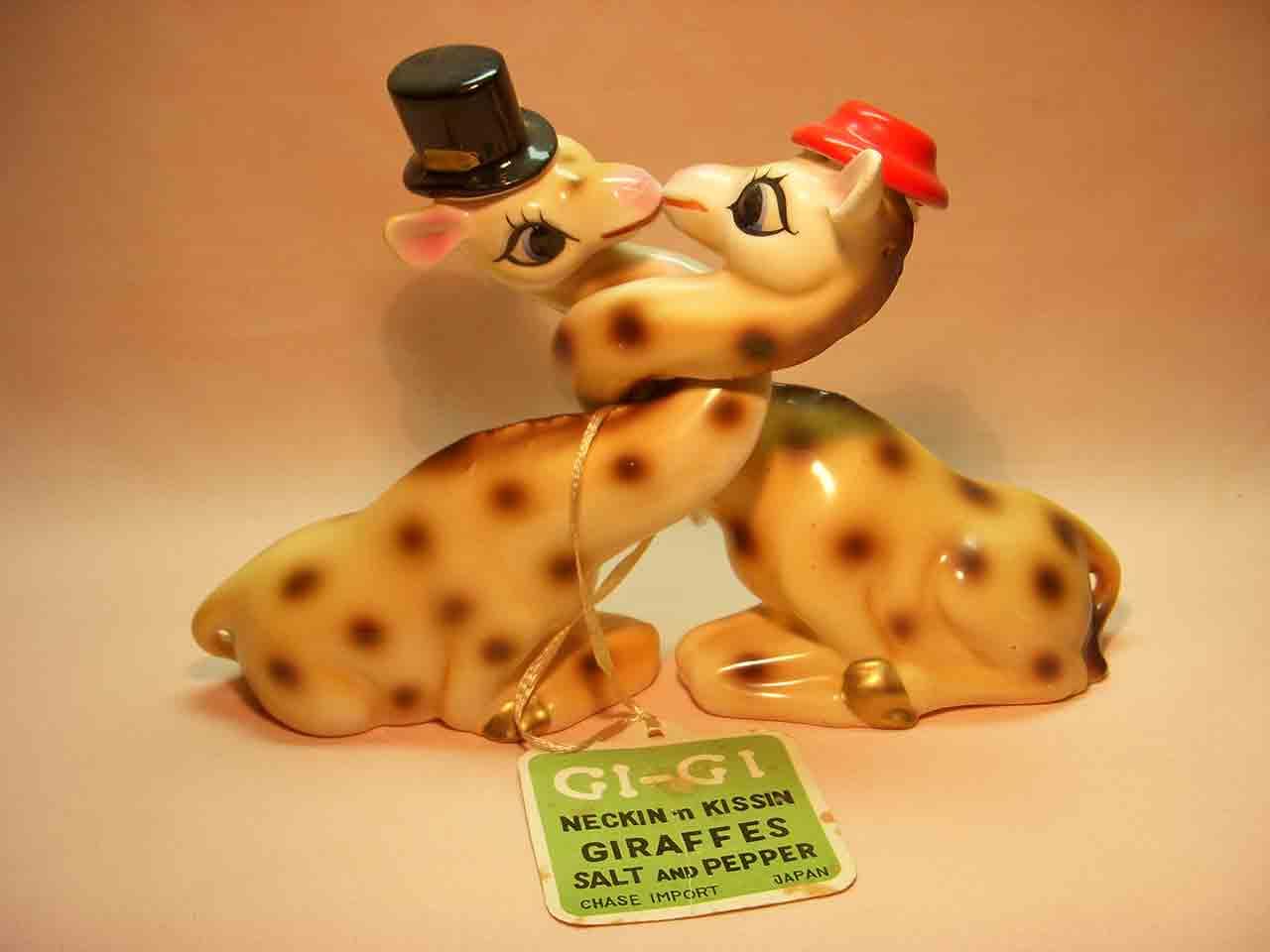 Neckin n Kissin giraffes salt and pepper shakers